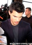 sexy-taylor-lautner-signs-autographs-for-fans-12